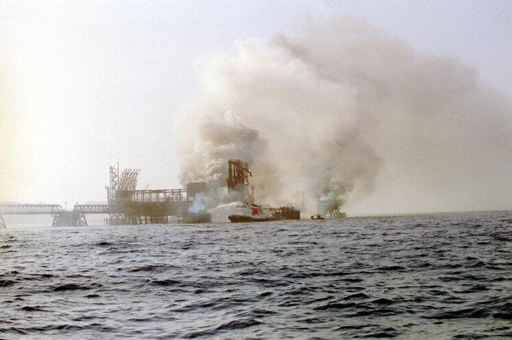 بمباران نفتکش یونانی اسکندر کبیر در جنگ تحمیلی در منطقه ترمینال آذرپاد در جزیره خارک، سال ۱۳۶۳