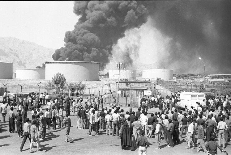 پالایشگاه کرمانشاه پس از بمباران در سال ۱۳۶۵