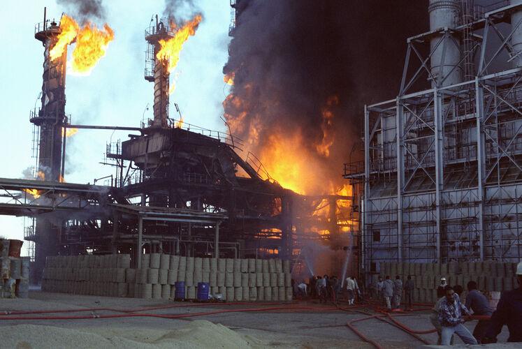پالایشگاه نفت شیراز پس از بمباران در سال ۱۳۶۶