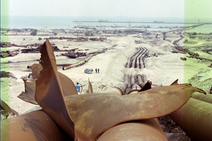 تخریب خطوط لوله در منطقه خارک در  جنگ، در سال ۱۳۶۴