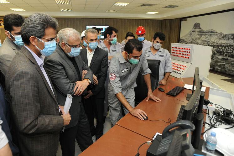 حضور جواد اوجی، وزیر نفت در اتاق کنترل میدان نفتی آذر