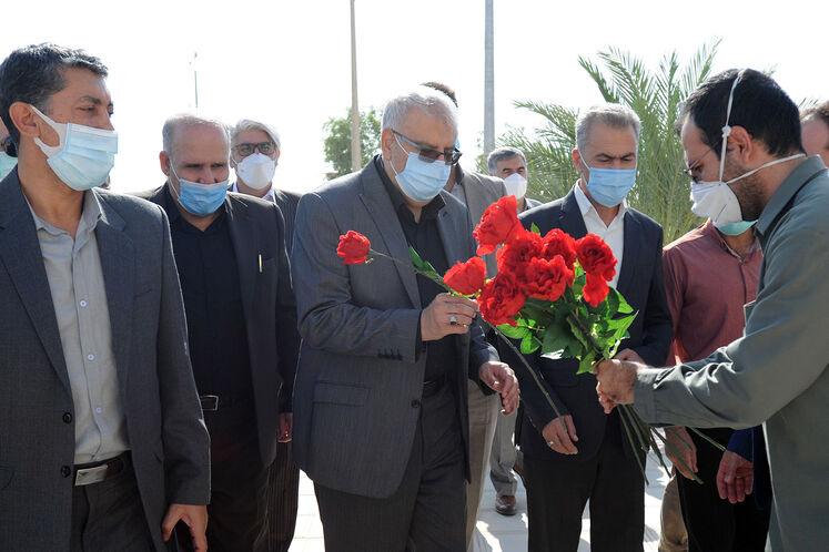 حضور جواد اوجی، وزیر نفت بر سر مزار شهدای گمنام شهرستان مهران و ادای احترام به مقام والای شهدای هشت سال دفاع مقدس
