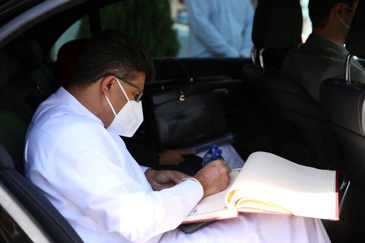 ادایا گامانپیلا، وزیر انرژی سریلانکا در حال  امضای دفتر یادبود موزه پمپبنزین دروازه دولت