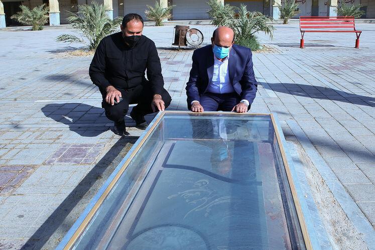 حضور محسن خجستهمهر بر سر مزار مزار شهدای گمنام شهرک نفت اهواز و خرمشهر