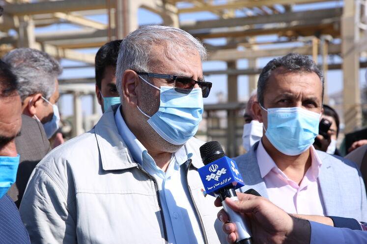 جواد اوجی، وزیر نفت در جمع خبرنگاران در پالایشگاه گاز فراشبند واقع در استان فارس