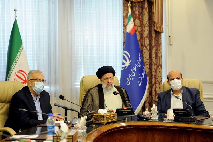 وزارت نفت در میان وزارتخانهها نخستین میزبان رئیسجمهوری شد/ تشکر رئیسی از تلاشها برای رفع اختلال سامانه سوخت