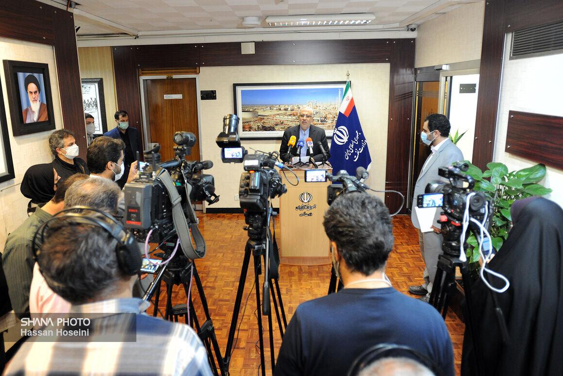 گفتوگوی وزیر نفت با خبرنگاران درباره وضع سامانه سوخت