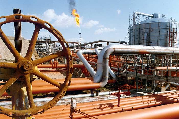 نفت در کنار سازندگان داخلی