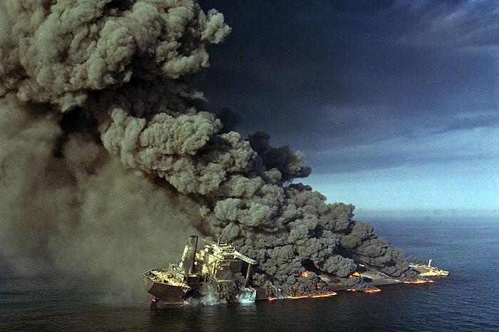 صنعت نفت، نخستین نقطه هدف حمله دشمن بعثی